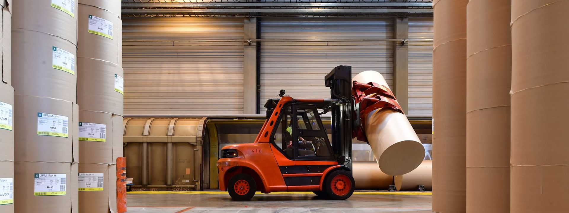 Fork lift truck with paper roll