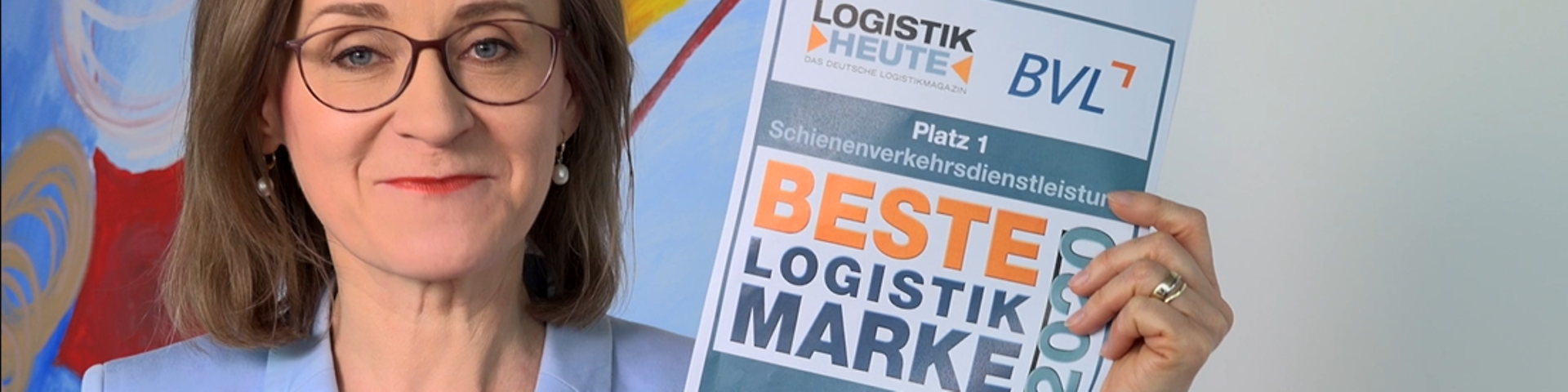 Dr. Sigrid Nikutta shows the award Best Logistcs Brand 2020