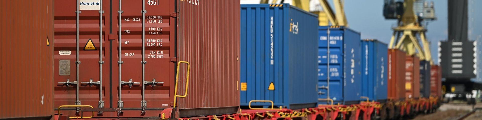 Hafen Entlastung Containerschiff auf Schiene
